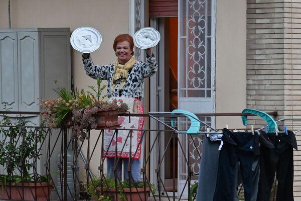 Женщина использует крышки от кострюль в качестве тарелок(муз инструмент им. в виду) во время акции Look out from the window, Rome mine ! во время карантина в Риме - Sputnik Türkiye
