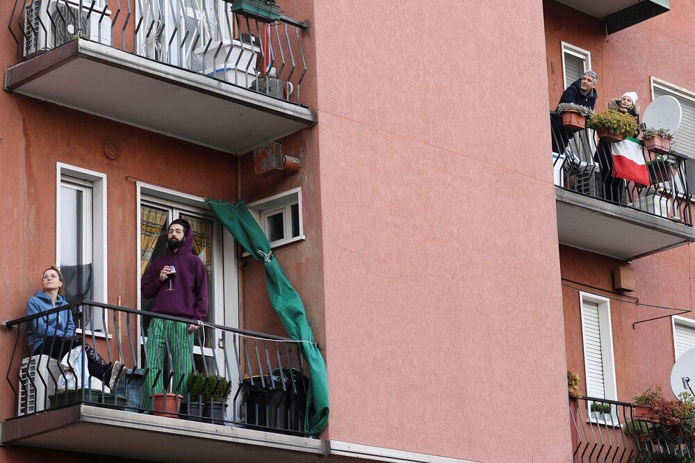 Karantina sırasında balkonlara çıkan Milano sakinleri