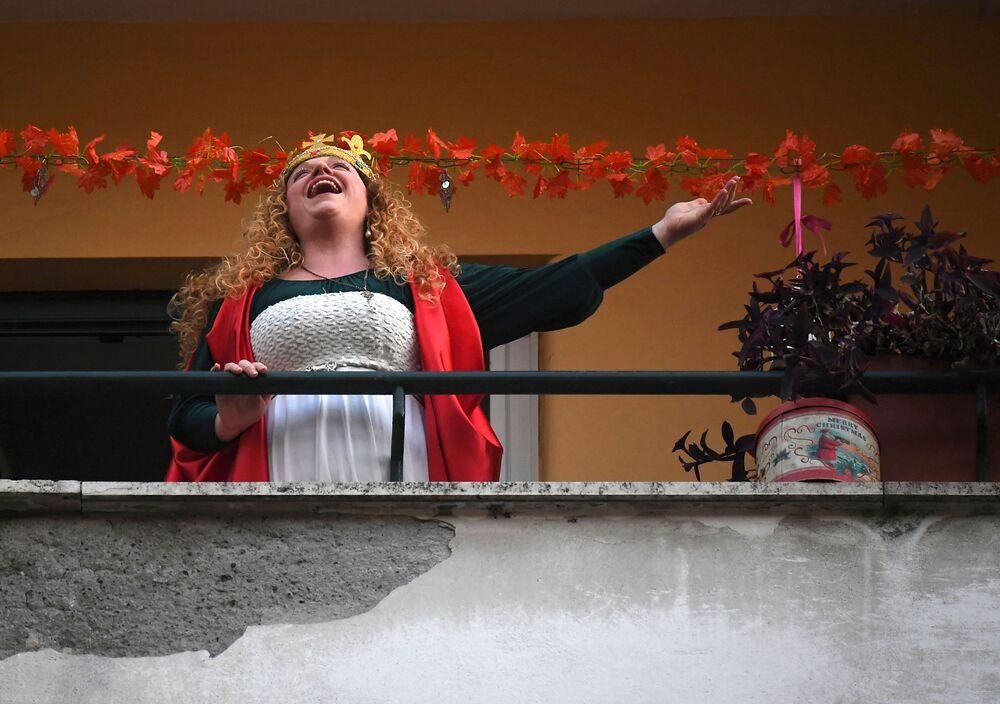 Karantinaya alınan İtalya'nın başkenti Roma'da bir kadın balkonda şarkı söylüyor