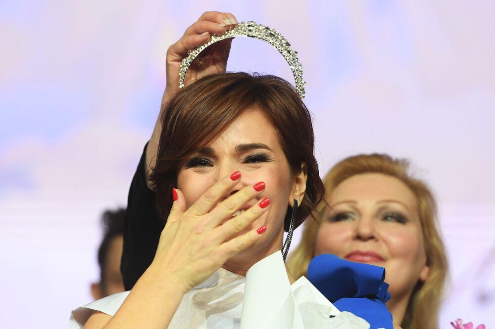Rusya'ya bağlı Tataristan Cumhuriyeti'nin başkenti Kazan'da finali gerçekleşen Mrs. Tataristan 2020 güzelli yarışmasını kazanan Gulnara Siraziyeva ödül töreni sırasında.