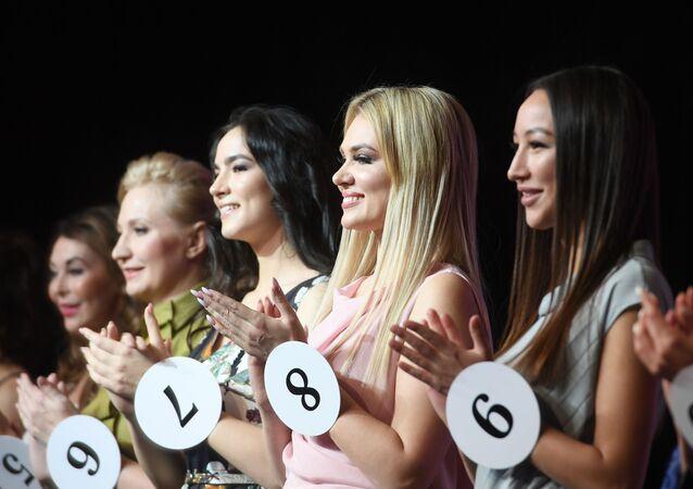 Kazan'da düzenlenen yarışmada 40 yaş üzerindeki onlarca kadın  Tataristan'ın en güzel evli kadını olmak için yarıştı.