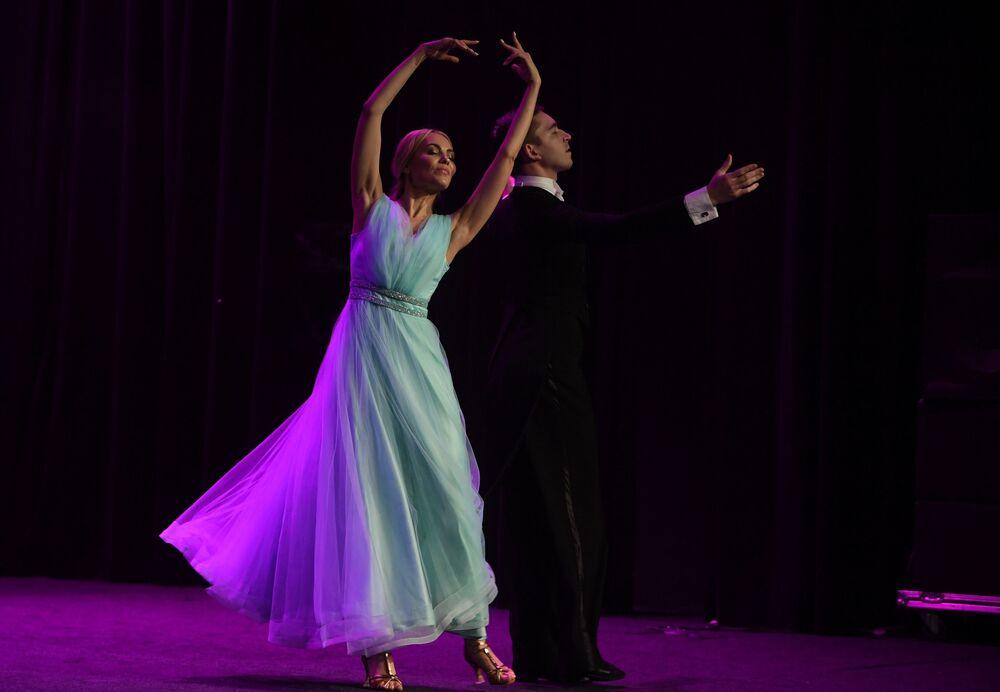 Yarışmacılardan Roza Bulatova'dan dans gösterisi