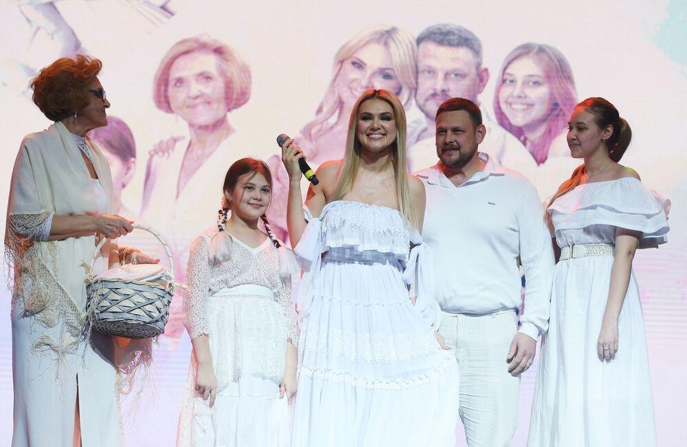 Yarışmaya katılanlardan İrina Lebedeva ailesiyle birlikte podyumda poz verirken