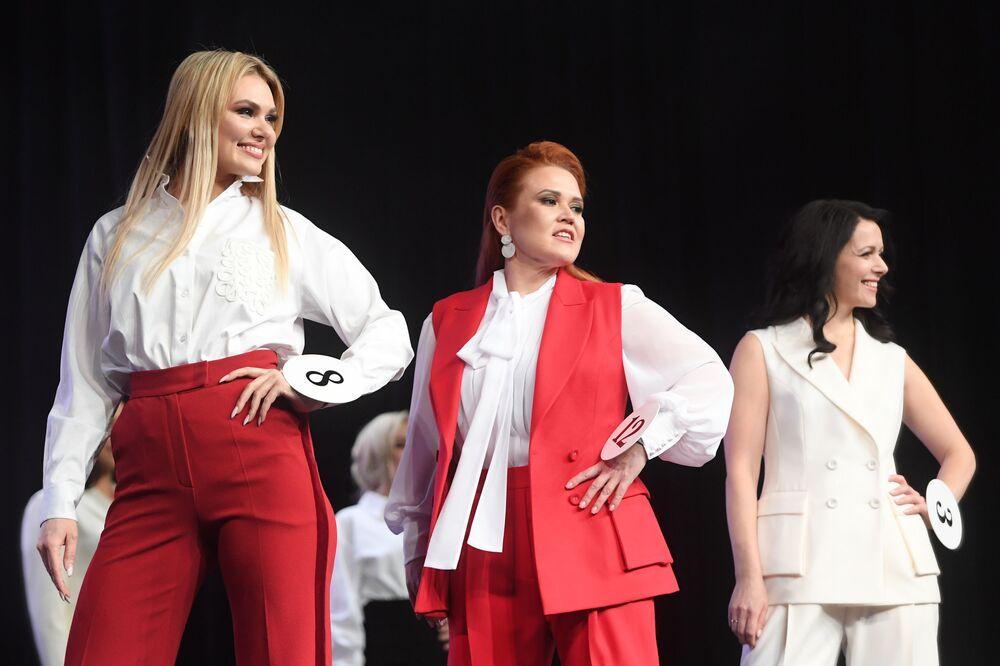 Güzel yarışmacılar sahnede