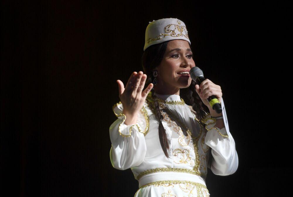 Katılımcılardan Gulfiya Gibadullina yetenek yarışması sırasında şarkı söylerken