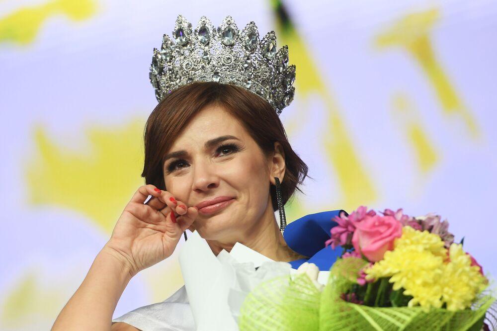 Mrs. Tataristan 2020 güzelli yarışmasını kazanan Gulnara Siraziyeva ödül töreni sırasında.