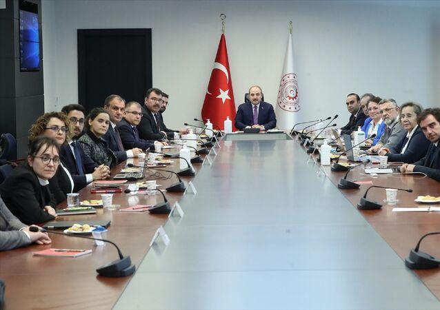 Sanayi ve Teknoloji Bakanı Mustafa Varank, Sanayi ve Teknoloji Bakanlığında, aşı geliştirmek amacıyla yürütülen Ar-Ge projelerine yönelik toplantıya başkanlık etti.
