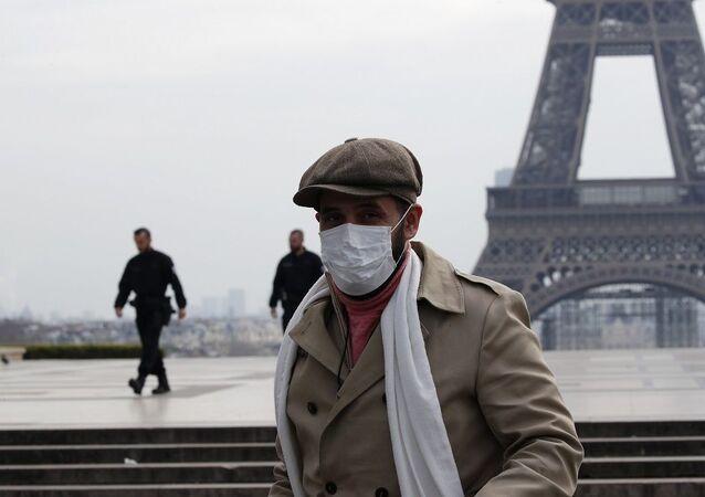 Fransa ordusu koronavirüse karşı savaşıyor: Paris'te askerler sokağa indi