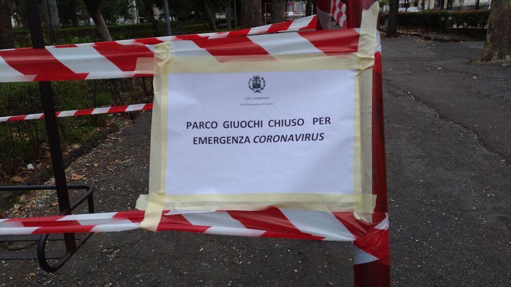 Çocuk oyun alanları ve parklar 'Koronavirüs salgını nedeniyle kapalı' uyarısının yazıldığı bantlarla çevrili. Fotoğrafta: Sicilya'daki bir çocuk oyun alanı