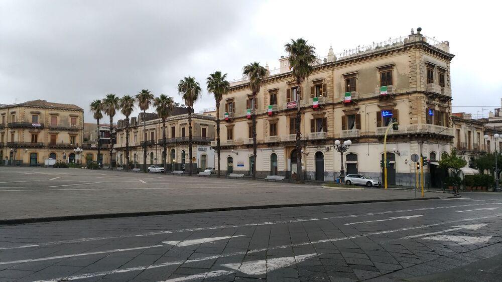 Sosyal ağlarda #iorestoacasa  (evde kalıyorum) etiketli bir kampanya başlatıldı. Milano ve ülkenin birçok bölgesinde parklar kapatıldı. Şehirlerin belediye başkanları vatandaşlara evlerinden çıkmamaları çağrısı yaptılar.