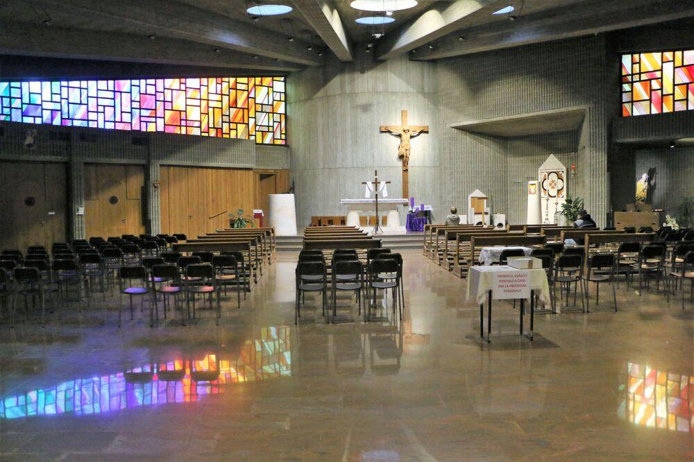 Kilise ayinleri televizyon veya Youtube üzerinden canlı yayında izlenebiliyor. Halka açık düğün veya cenaze törenleri düzenlenmez oldu, böyle törenlere artık sadece en yakın akrabalar katılabiliyor. Fotoğrafta: Milano'daki bir kilise