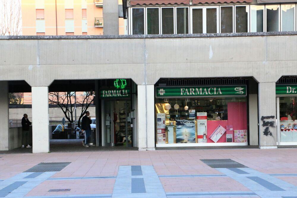 Tütüncü dükkanları, eczane ve gıda ürünlerinin satıldığı marketler haricinde bütün mağazalar  ve AVM'ler kapalı, şehirler ıssızlaşmış durumda.
