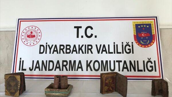 Diyarbakır'da deri üzerine yazılı 3 kitap ve ferman ele geçirildi - Sputnik Türkiye