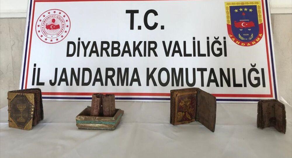 Diyarbakır'da deri üzerine yazılı 3 kitap ve ferman ele geçirildi