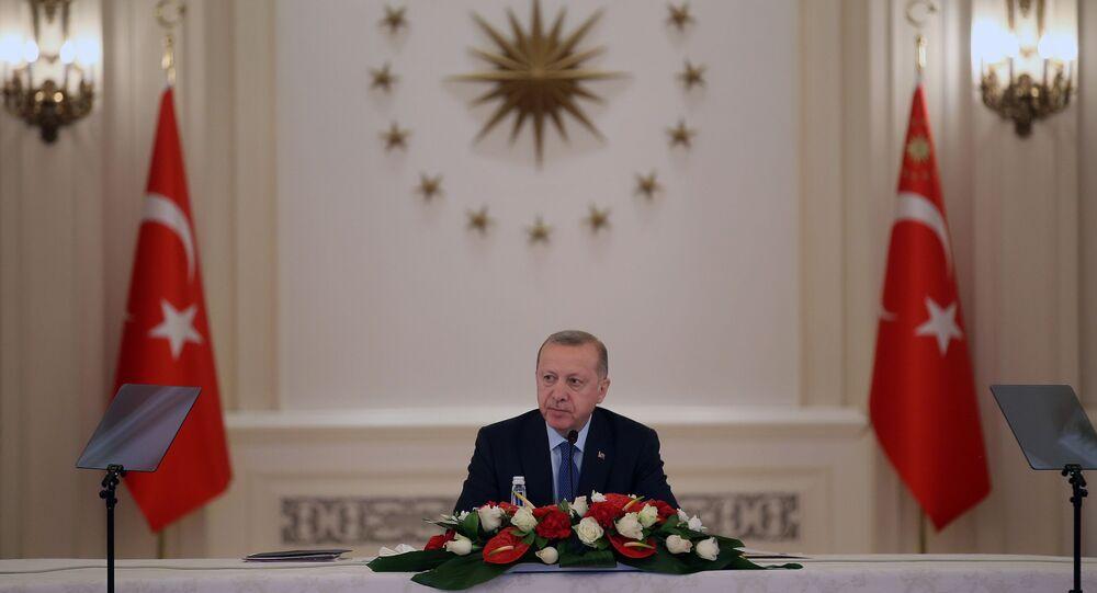 Cumhurbaşkanı Recep Tayyip Erdoğan, Şayet önümüzdeki birkaç haftalık dönemi iyi yönetir, milletimizi iyi bilgilendirir, hastalığı sıkı bir şekilde kontrol altında tutabilirsek umduğumuzun da ötesinde güzel bir tablo bizi bekliyor dedi.