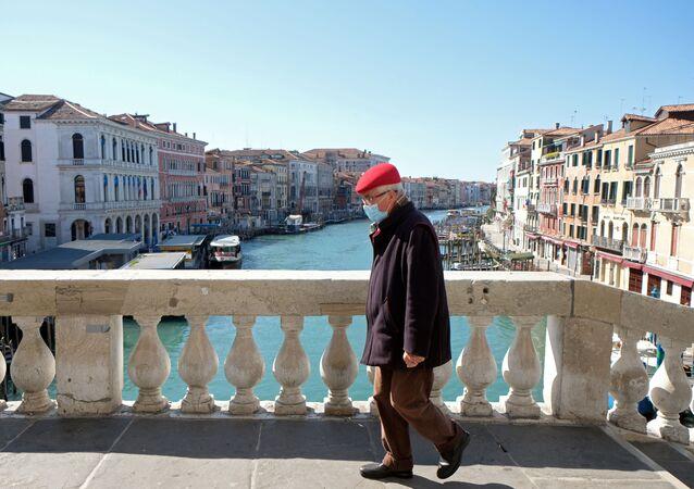 Koronavirüs salgınından Avrupa'da en çok etkilenen İtalya'da  salgında ölenlerin sayısı 2 bin 158'e yükselirken, vaka sayısı 27 bin 980'e ulaştı.