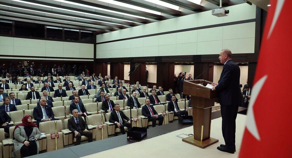 Türkiye Cumhurbaşkanı Recep Tayyip Erdoğan'ın başkanlığında, yeni tip koronavirüsle (Kovid-19) mücadele kapsamında yapılan Koronavirüsle Mücadele Eş Güdüm Toplantısı sona erdi. Toplantı sonrasındaki açıklamada katılımcıların birer koltuk mesafede oturması dikkat çekti.