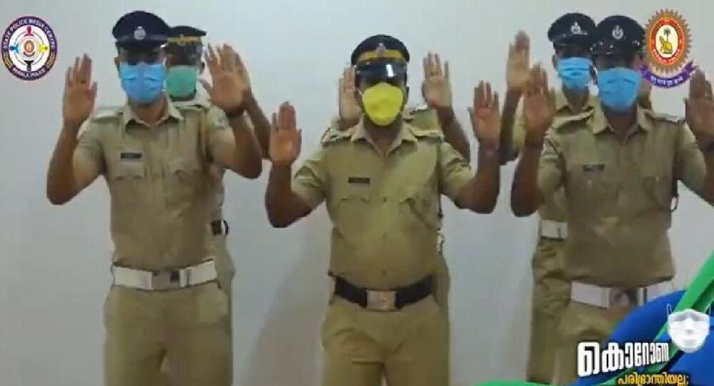 Hint polisinin dans eşliğinde el yıkama videosu viral oldu