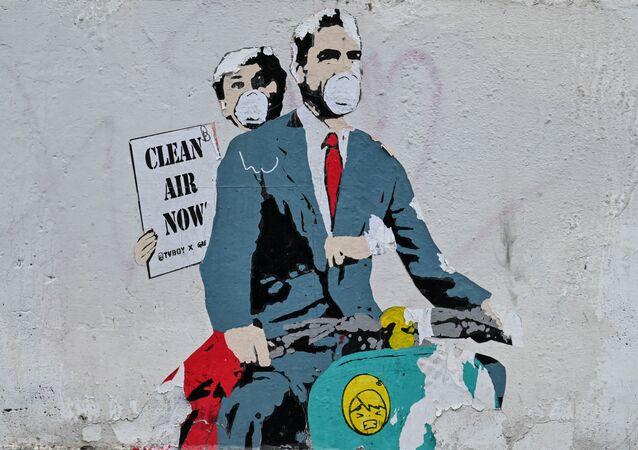 İtalya'nın başkenti Roma'da bir binanın duvarına visüre karşı müdacele eden 'Roma Tatili' filminin baş karakterlerinin yer aldığı grafiti çizildi.