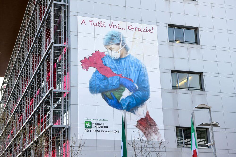 İtalya'nın Bergamo kentindeki bir hastane duvarına ülkede koronavirüsle mücadele eden sağlık çalışanlarına teşekkür etmek amacıyla bir resim  çizildi.