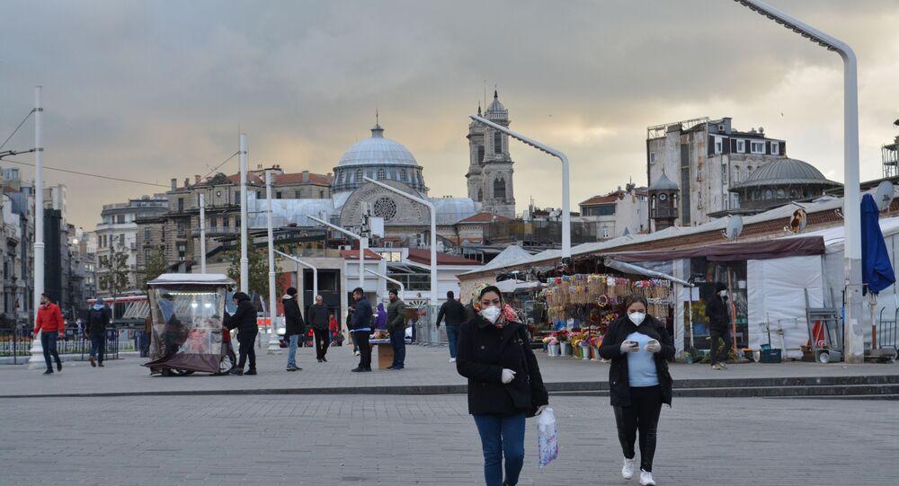 Türkiye'de koronavirüs vakalarının görülmesiyle birlikte, İstanbul meydanlarında yoğunluk azaldı.