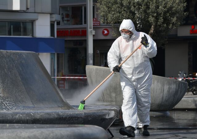 Belediyeler sokakları ve meydanları dezenfekte ediyor.