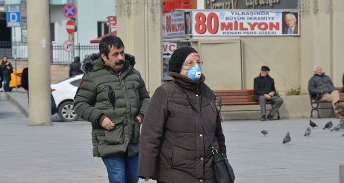 Vatandaşlar dışarı çıkarken koruyucu maske takarak önlem alıyor.