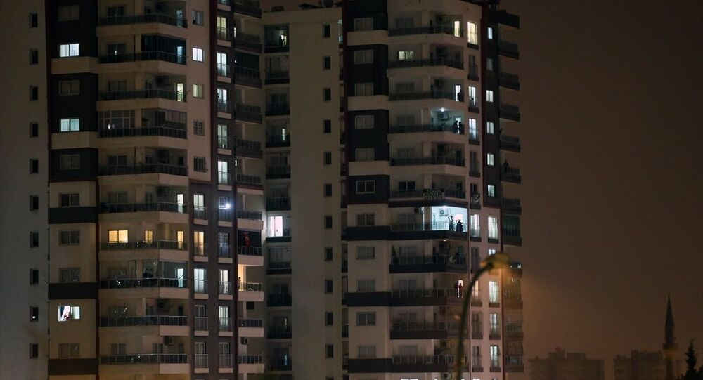 Sağlık Bakanı Fahrettin Koca'nın çağrısı üzerine Adana'da vatandaşlar, yeni tip koronavirüs (Kovid-19) salgınının yayılmasını önlemek için özveriyle görev yapan sağlık çalışanlarına alkışla destek oldu. Sosyal medya üzerinden geniş kitlelere ulaşan etkinlik kapsamında, saat 21.00 itibarıyla vatadandaşlar evlerinin pencere ve balkonlarında sağlık çalışanlarını dakikalarca alkışladı.