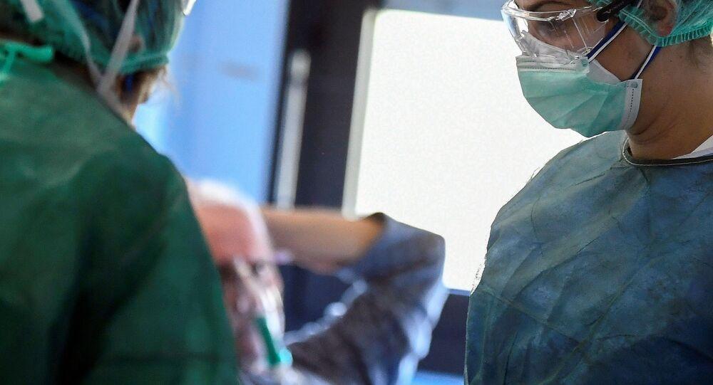 İtalya'daki bir hastanede tedavi gören koronavirüs hastası ve doktor