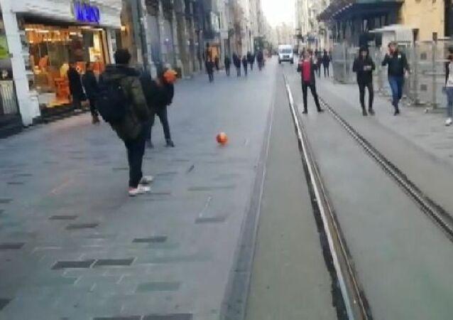Koronavirüs nedeniyle boş kalan İstiklal Caddesi'nde top oynadılar