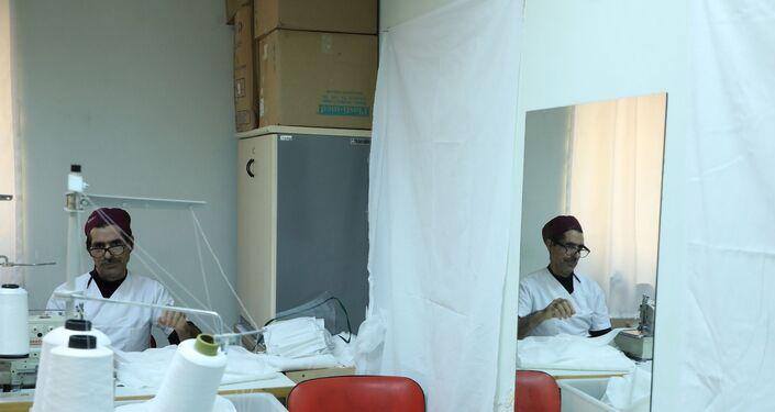 Diyarbakır Sağlık Bilimleri Üniversitesi Gazi Yaşargil Eğitim ve Araştırma Hastanesi, koronavirüs salgınına karşı hastanede ayrı maske üretmeye başladı. Gece