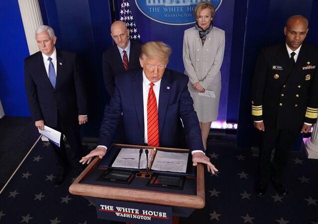 ABD Başkanı Donald Trump ile yönetiminin koronavirüs görev gücü, salgınla ilgili Beyaz Saray'da günlük basın toplantısında (19 Mart 2020)