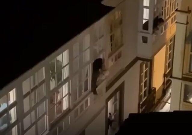İspanya'da genç bir çift pencerede evlendi