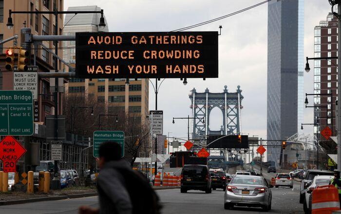 ABD'nin New York şehrinde koronavirüs tedbirlerine ilişkin bir uyarı levhası