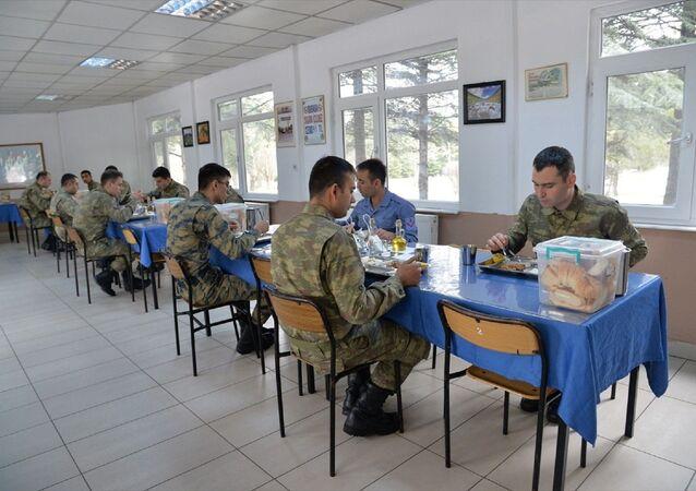 Milli Savunma Bakanlığı (MSB), koronavirüsle mücadele çerçevesinde kışla yemekhanelerinde düzenli dezenfekte işlemlerinin yapıldığını ve askerlerin aralıklı düzende oturtulduğunu açıkladı.