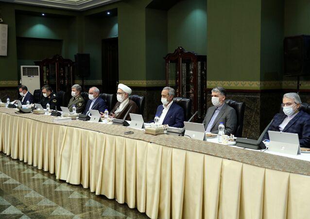 İran'da Cumhurbaşkanı Hasan RuhanibaşkanlığındakiKoronavirüsle Ulusal Mücadele Kurulu'nun üyeleri maske takarak toplantı düzenledi.