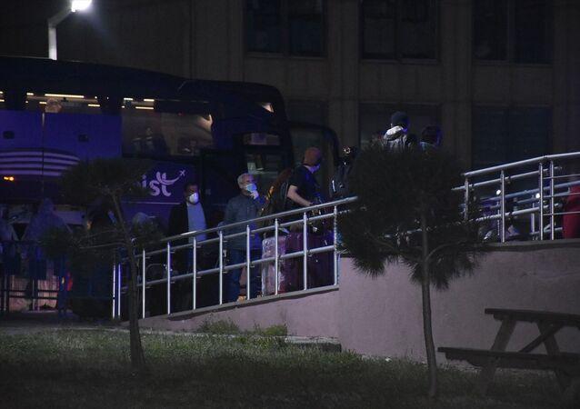 Yurt dışından uçakla İstanbul'a gelen öğrenciler, yeni tip koronavirüs (Kovid-19) salgını önlemleri kapsamında Tekirdağ'ın Çorlu ilçesindeki öğrenci yurduna yerleştirildi.