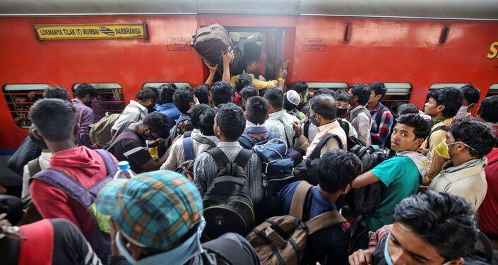Hindistan'ın Maharashtra eyaletinde binlerce kişi, sokağa çıkma yasağı devreye girmeden eyaleti terk etmek için tren istasyonlarına akın etti