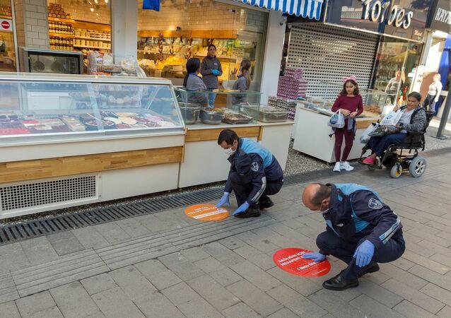 İzmir Büyükşehir Belediyesi korona virüs bulaşma riskini azaltmak amacıyla kentlilerin sıraya girdikleri mekanlarda birbirlerine en az 1 metre mesafe bırakmasını sağlayacak zemin çıkartmalarını yerleştirmeye başladı.