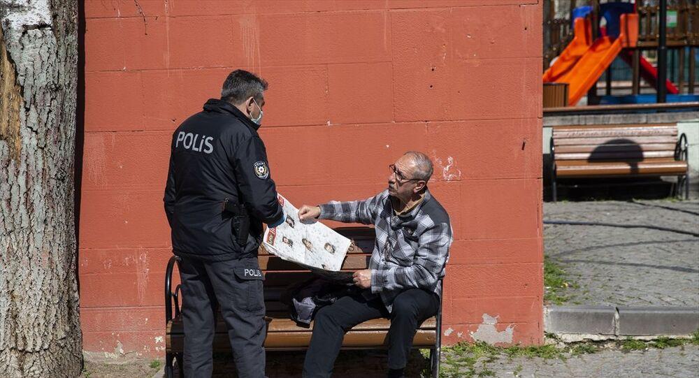 Yeni tip koronavirüs (Kovid-19) tedbirleri çerçevesinde, 65 yaş ve üstü vatandaşlar ile kronik rahatsızlığı bulunanların ikametlerinden ayrılmasının kısıtlanması uygulaması kapsamında, Ankara'da polis ekipleri, sokağa çıkan vatandaşları uyararak evlerine gönderdi.
