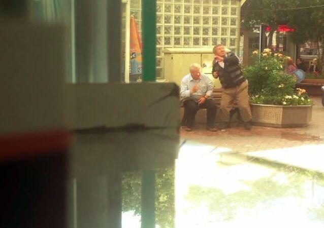Isparta'da bankta oturan yaşlılara su atıldı