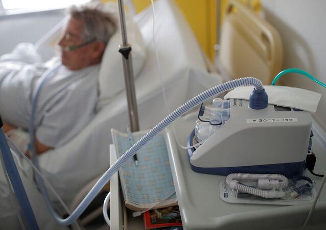 Koronavirüs tedavisinde hayati öneme sahip solunum cihazı ventilatör kullanan bir Fransız koronavirüs hastası