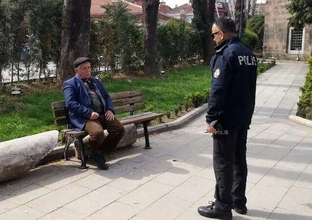 Bursa'da 65 yaş üstü kişilere uygulanan sokağa çıkma yasağını delmek isteyen bir kişi, polislere yaşının 64 olduğunu söyledi.