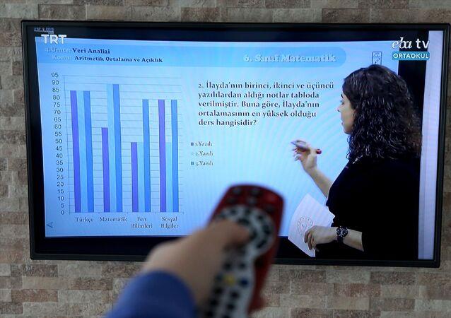 Yüz yüze eğitime verilen 1 haftalık aranın ardından ilkokul, ortaokul ve lise öğrencileri için TRT-EBA TV ile Eğitim Bilişim Ağı (EBA) üzerinden uzaktan eğitim dersleri başladı.
