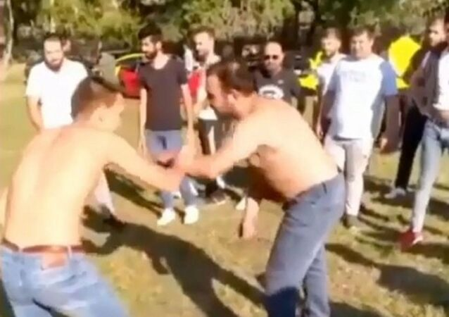 Koronavirüs sebebiyle yapılan 'Evde Kal' çağrısına uymayan gençler, ormanda güreş yaptı