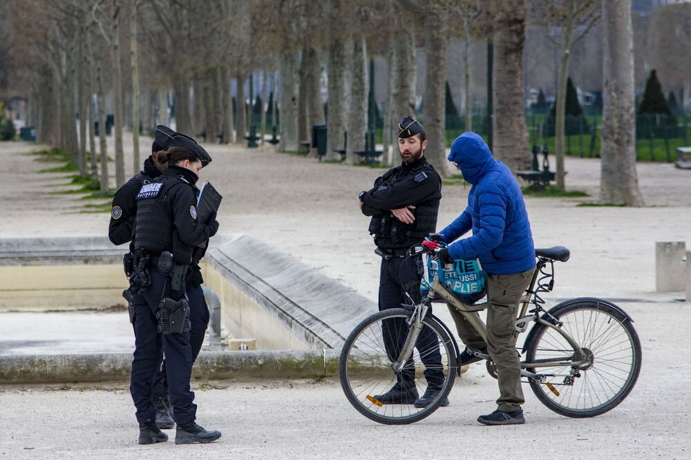 Koronavirüs ile mücadele kapsamında Fransa'da 17 Mart'tan itibaren yürürlüğe giren sokağa çıkma uygulamasında sadece mesleki veya tıbbi gereklilik durumlarında istisnaya izin veriliyor.