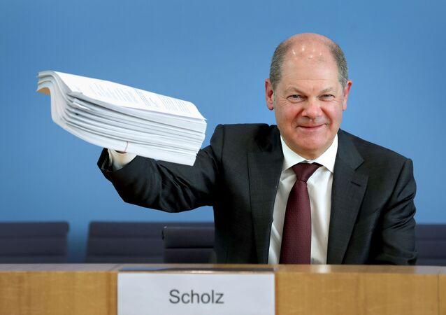 Peter Altmaier ile basın toplantısı düzenleyen Olaf Scholz (fotoğraftaki), 750 milyar euroluk kurtarma paketinin dosyasını basına gösterirken