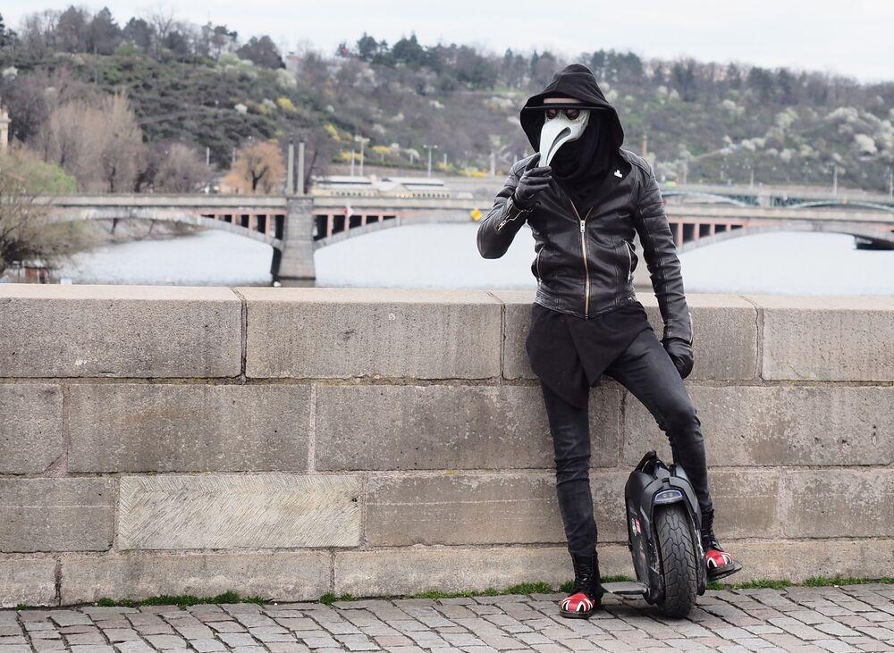 Çekya hükümeti, yeni tip koronavirüs salgınına karşı önlem olarak ülke genelinde karantina ilan etti.Karantina kapsamında, ülkede yaşayanlar evlerini sadece işe ve doktora gitmek, gıda, temizlik malzemesi ya da ilaç satın almak amacıyla terk edebiliyor.