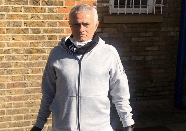 Tottenham Teknik Direktörü Jose Mourinho yaşlılara yardım dağıtırken