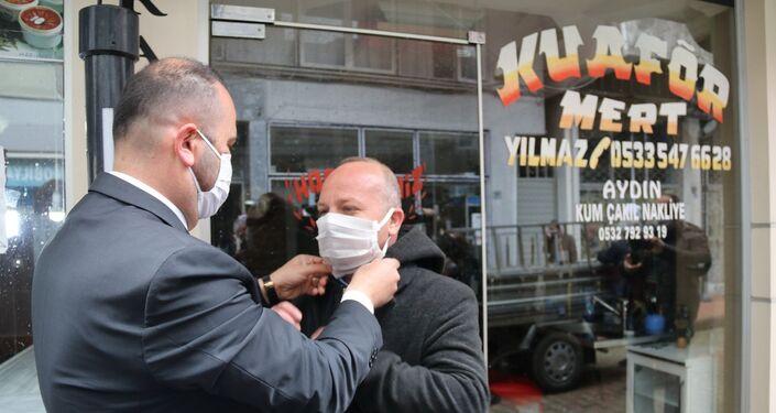Üretilen maskeler sokaktaki vatandaşlara ücretsiz dağıtıldı